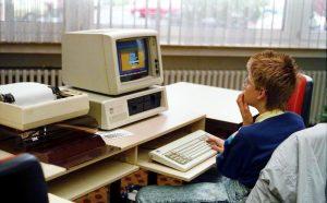 Bundesarchiv_B_145_Bild-F077948-0006,_Jugend-Computerschule_mit_IBM-PC