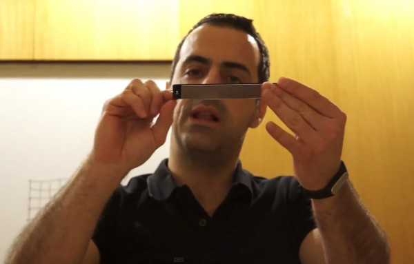 Hugo Barra com seu Xiaomi Mi4i