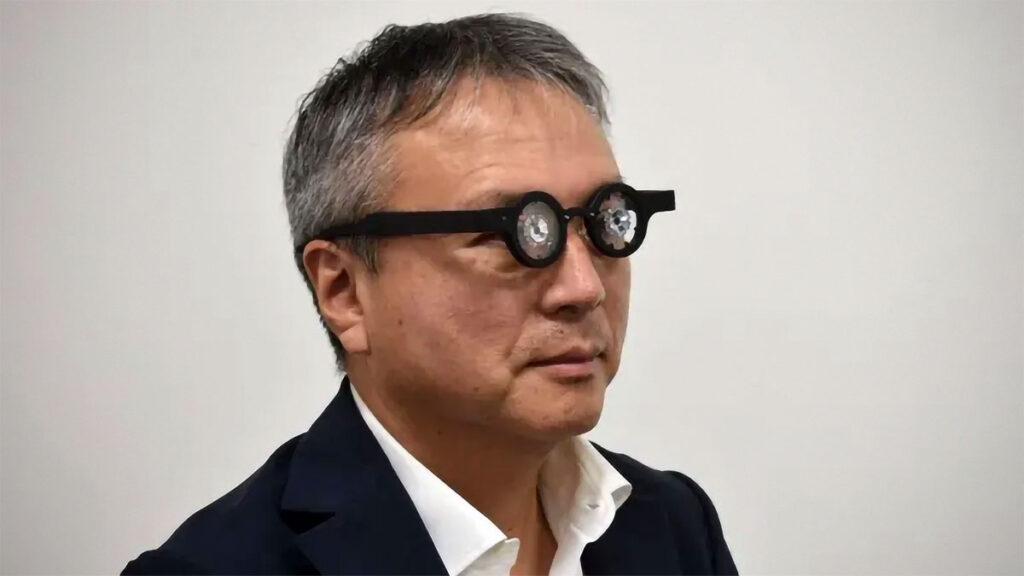 yo Kubota, presidente da Kubota Farmacêutica, experimentando seu óculos inteligente