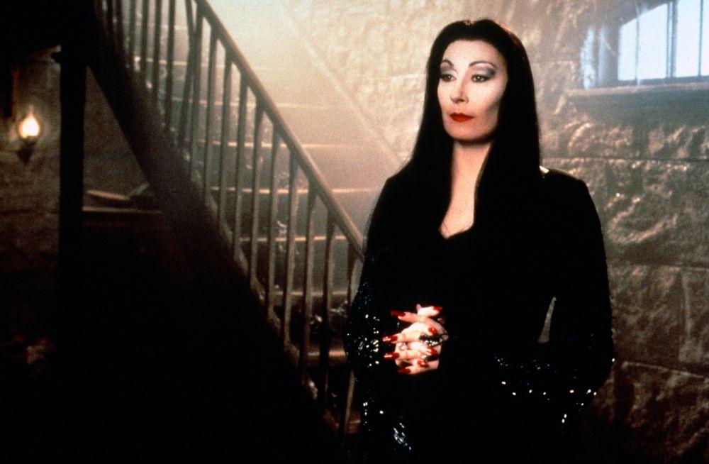 Morticia Addams interpretada por Anjelica Huston
