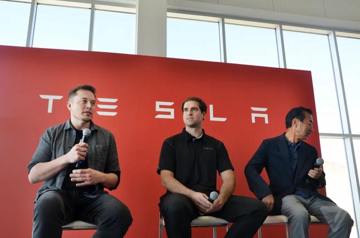 JB Straubel ao centro junto à Elon Musk em 2016 (foto por Jordan Golson)